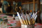 Velho pincéis de pintura em latas. — Fotografia Stock