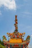 Statue de dragons deux tours dans le ciel. — Photo