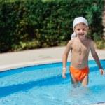 Мальчик в бассейне — Стоковое фото