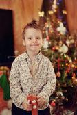 Niño y un árbol de navidad — Foto de Stock