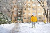 Het kind op sneeuw — Stockfoto