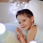Мальчик в постели — Стоковое фото
