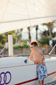 Chlapec a čluny — Stock fotografie