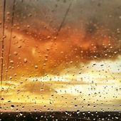 Raindrops on glass — Stock Photo
