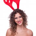 glad ung kvinna som bär renar horn — Stockfoto