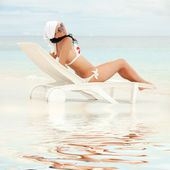 Happy fashion woman rest on the beach — Stock Photo