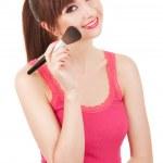 年轻女子在她的脸,被隔绝在 w 上应用化妆刷 — 图库照片