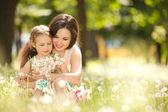 Mor och dotter i parken — Stockfoto