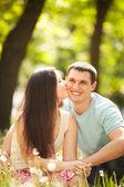 Ung szczęśliwa para całuje w parku — Zdjęcie stockowe