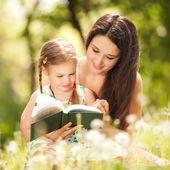 母亲与女儿在公园 — 图库照片