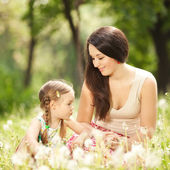 Mother communicate with daughter in the park — Stockfoto