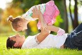 Otec a dcera v parku — Stock fotografie