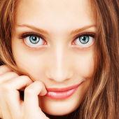 Portrét mladé ženy krásné vlasy a modré oči — Stock fotografie