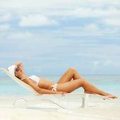 Mutlu moda kadın dinlenme sahilde — Stok fotoğraf