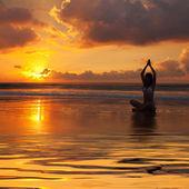 Silueta de mujer en la puesta del sol — Foto de Stock