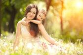 Mère et fille dans le parc — Photo