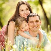 幸福的母亲、 父亲和女儿在公园 — 图库照片