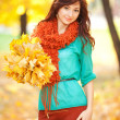 Young pretty woman walking in the autumn park — Stockfoto