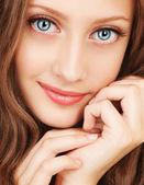 Porträt einer jungen frau mit schönen augen — Stockfoto