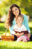 Mother with daughter in the park — Stockfoto