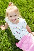 可爱的小女孩,在绿色草地上 — 图库照片