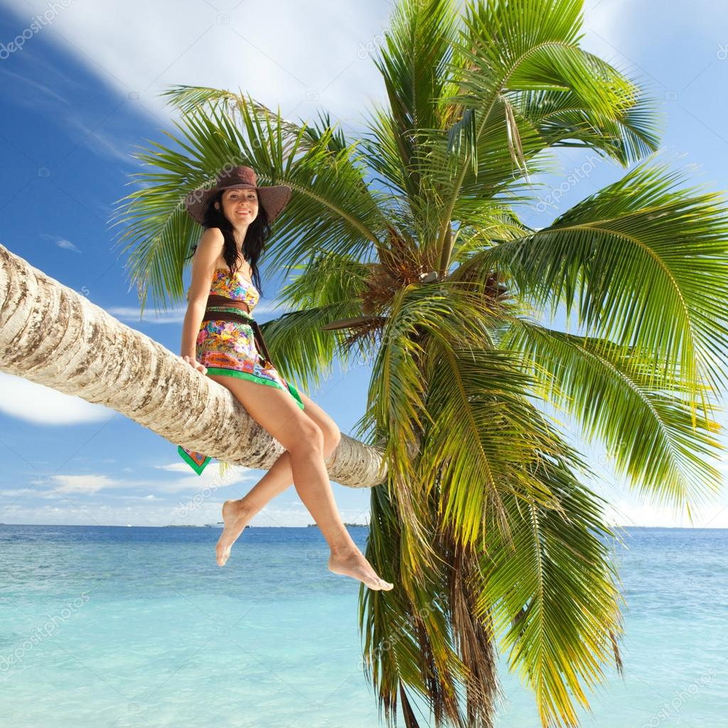 Фото девушки около пальм