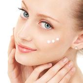 Leuke vrouw crème op haar gezicht toe te passen — Stockfoto