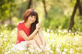 Sevimli kadın karahindiba parkta — Stok fotoğraf