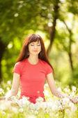 Uma linda mulher meditar no parque — Foto Stock