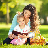 Mother with daughter in the park — Foto Stock