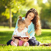 Mother with daughter in the park — Foto de Stock