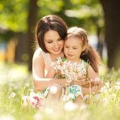 Madre e hija en el parque — Foto de Stock