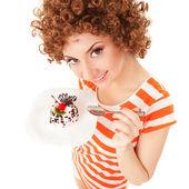 Divertidas mulher comendo o bolo no fundo branco — Foto Stock