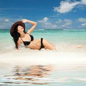 счастливый моды женщина на пляже — Стоковое фото