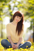 花の公園で若い幸せな女 — ストック写真