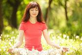 Güzel kadın parkta meditasyon — Stok fotoğraf