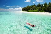 žena uvolňující na nafukovací matraci v moři — Stock fotografie