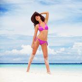 счастливая женщина на пляже — Стоковое фото