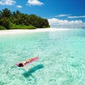 Kvinna avkopplande på uppblåsbara madrass i havet — Stockfoto