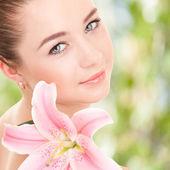 Linda mujer con flor — Foto de Stock