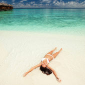 Cute woman relaxing on the tropical beach — Stock Photo