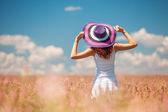 Donna nel campo con fiori — Foto Stock