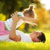 父亲和女儿在公园 — 图库照片