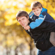 Happy father and his son in the autumn park — Stock Photo