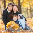 Happy family in the autumn park — Stockfoto