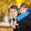 Happy father and his son in the autumn park — Foto de Stock