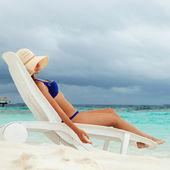 放松在海滩上的漂亮女人 — 图库照片