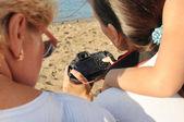 Drie vrouwen zijn ook geïnteresseerd in het scherm camera bekijken — Stockfoto