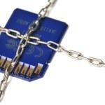 pendrive cadena envuelto y sellado. el concepto de protección de datos. sobre un fondo blanco — Foto de Stock   #38658023