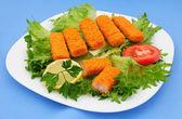 Fish sticks on lettuce — ストック写真